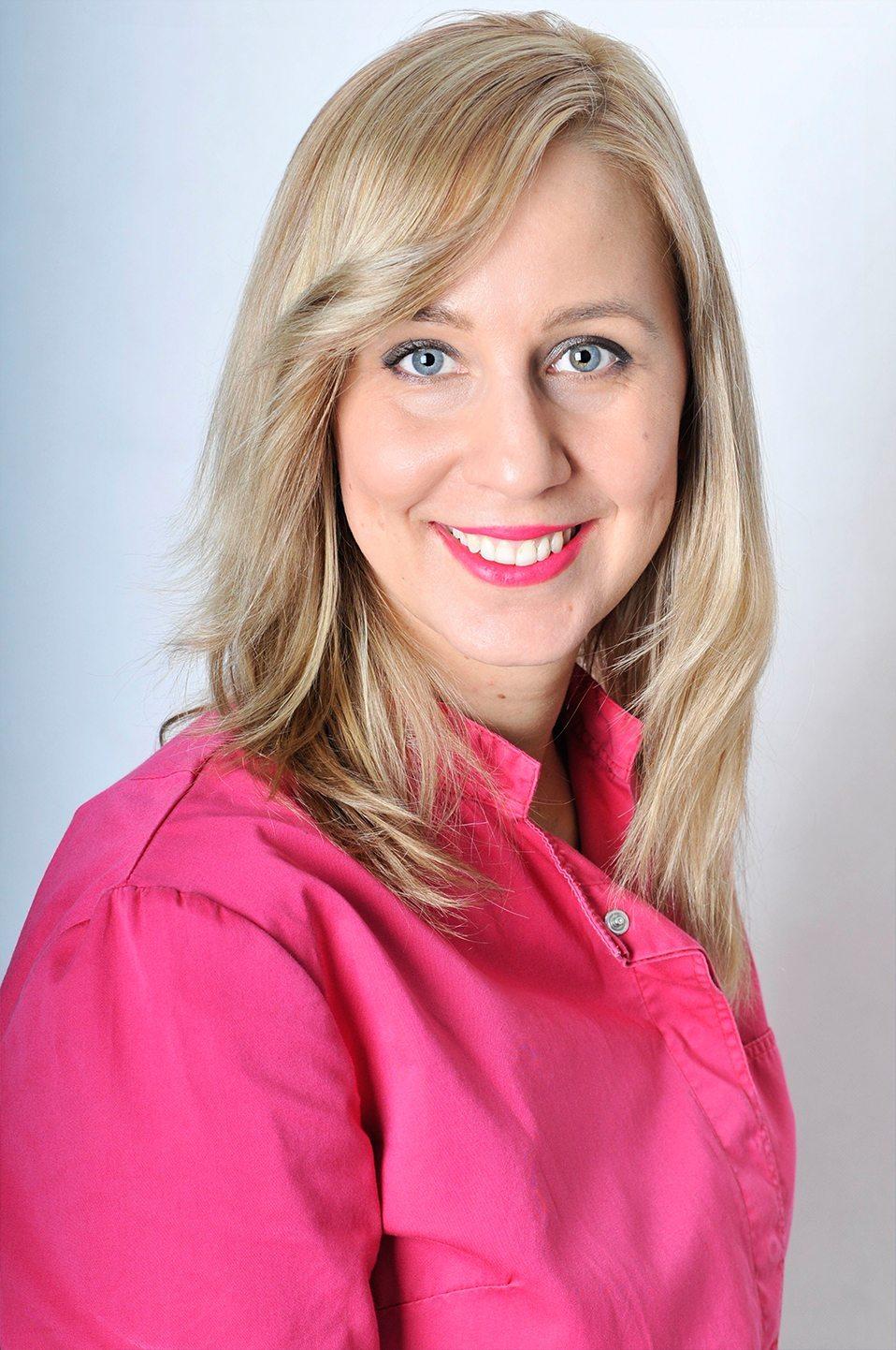 Dr. Beatrix Kerék Zahnärztin Spezialistin für Zahn- und Mundkrankheiten, KieferorthopädeSpezialität: Allgemeine Zahnmedizin, Kieferorthopädie