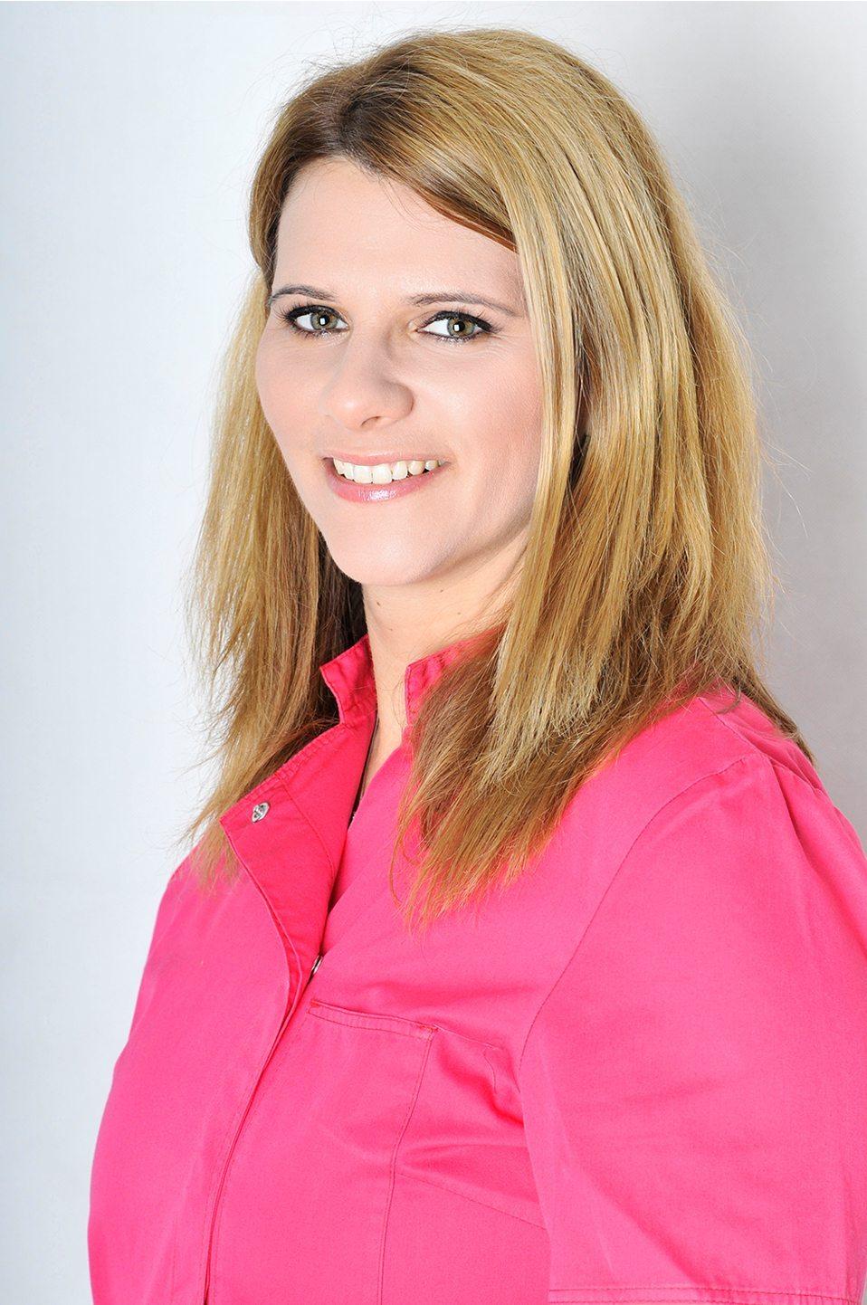 Dr. Gabriella Kalmár Zahnärztin Fachärztin für dentoalveoläre Chirurgie Spezialität: Implantologie, Oralchirurgie, Zahnersatz