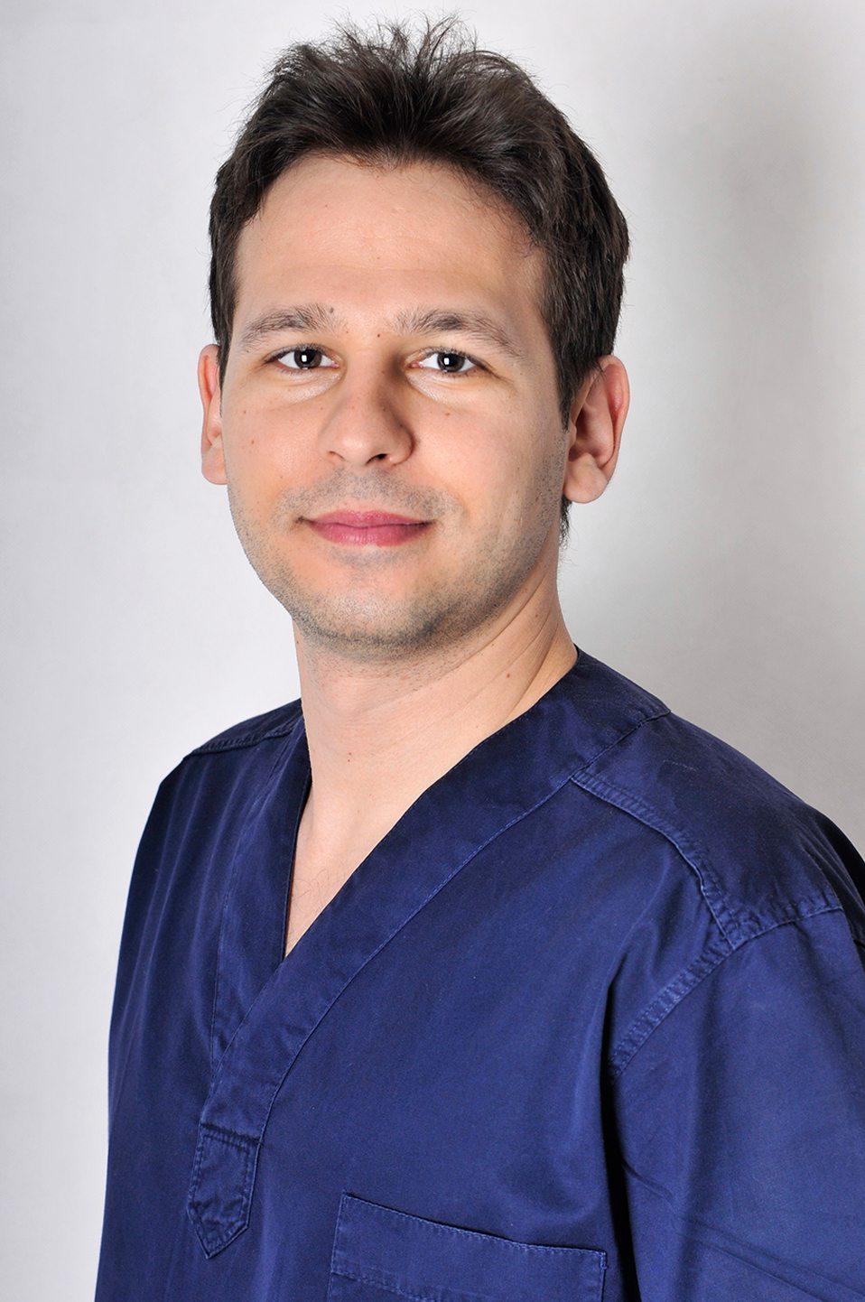 Dr. Zsombor Vécsey Zahnarzt Spezialist für dentoalveoläre Chirurgie Spezialität: Implantologie, Oralchirurgie, ästhetische